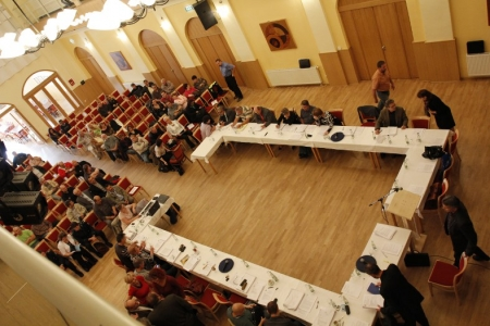 Kvůli velkému zájmu občanů o projednávaný bod – bezpečnost města se zasedání rumburských zastupitelů mimořádně konalo ve velkém sále Domu kultury Střelnice Rumburk. Foto: md