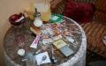 Deprimující pohled na noční stolek drogově závislého – poslední pohled před usnutím, první po probuzení. Foto: gdo
