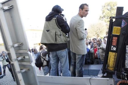 Nepříjemné chvilky Lukáše Kohouta (vpravo), když mu šluknovští Romové přišli zblízka vysvětlit, co si o něm myslí. Foto: md