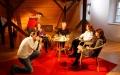 Poslední minuty a úpravy diskutérek před první klapkou natáčení publicistického pořadu Tah dámou ve Šluknovském zámku. Foto: doucha